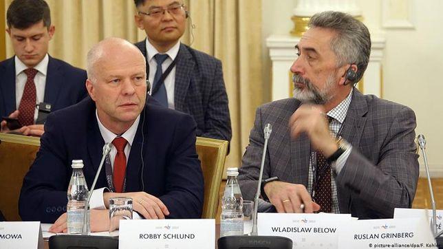 Poseł AfD Robby Schlund (z lewej) podczas wizyty w Moskwie