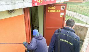 Łódź. Placówka Poczty Polskiej w piwnicy bloku mieszkalnego w centrum miasta.