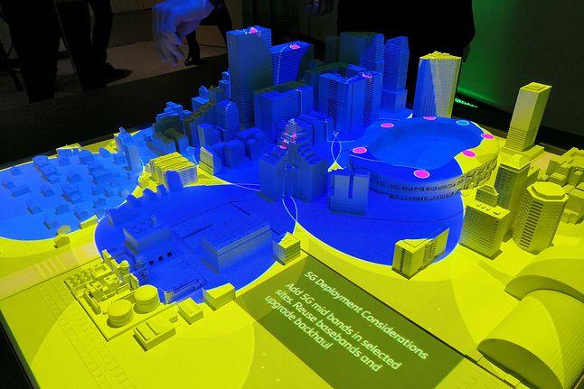 prezentacja działania 5G na makiecie miasta, nagrodzona podczas Mobile World Congress w Barccelonie
