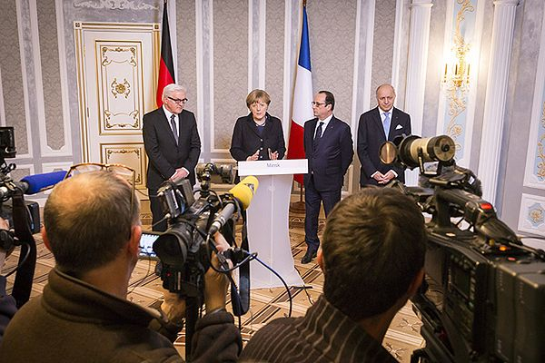 Od lewej: niemiecki minister spraw zagranicznych Frank-Walter Steinmeier, kanclerz Angela Merkel, prezydent Francji Francois Hollande i minister spraw zagranicznych Francji Laurent Fabius