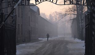 """Brama byłego obozu Auschwitz I z napisem """"Arbeit macht frei""""."""