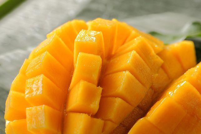 Najprostszym sposobem podania mango jest pokrojenie go w cząstki i zaserwowanie na surowo. Mango doskonale sprawdza się np. w sałatkach. Przepisy z mango