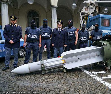 Włochy. Policjanci skonfiskowali broń, w tym rakietę powietrze-powietrze