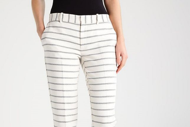Białe spodnie to hit tego lata