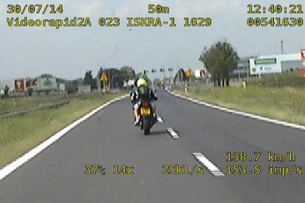 Pirat mknął na motocyklu o 70 km/h za szybko i bez uprawnień