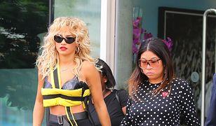 Rita Ora pokazuje brzuch w nietypowym topie