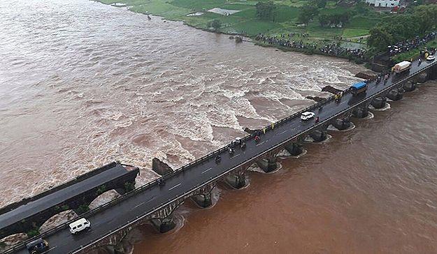 Autobusy wpadły do rzeki w Indiach. Co najmniej 22 osoby zginęły