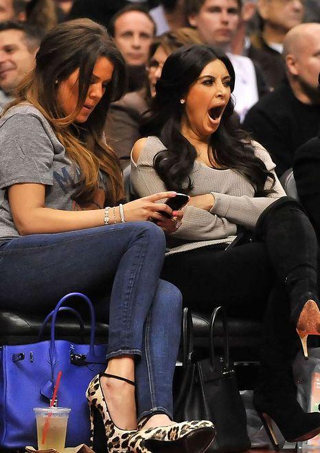Kim z otwartą buzią śledzi zacięty mecz koszykówki