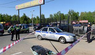 Służby przy wejściu na teren cmentarza. W walkach zginęły trzy osoby