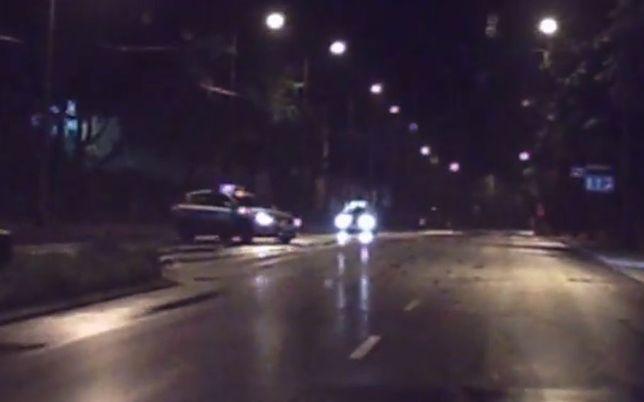 Policyjny radiowóz wpadł w poślizg. Funkcjonariusz nie wiedział jak poradzić sobie w tej sytuacji