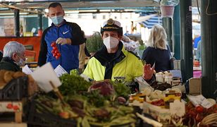 Koronawirus - Włochy. Kary za łamanie zakazów podczas epidemii. Na zdjęciu: kontrola targowiska w Wenecji