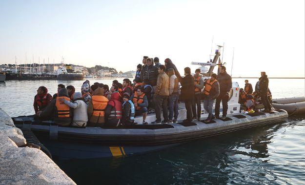 Migranci na łodzi Frontexu