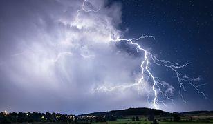 """Gdzie jest burza? IMGW rozszerza ostrzeżenie. """"Zagrożenie zdrowia i życia"""""""