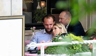 Zakochana Doda w opiekuńczych uściskach Emila Stępnia. Jak ona na niego patrzy