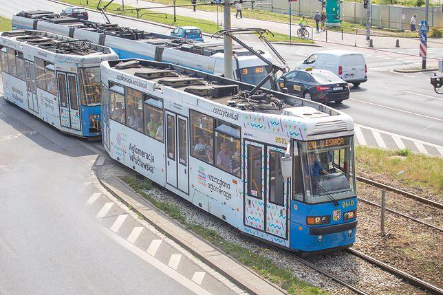 Wrocław. Wypadek tramwaju z busem. Zablokowane torowisko