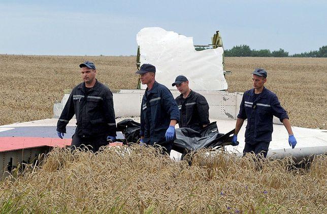 Ukraińscy pracownicy służb ratowniczych zbierający szczątki ofiar zestrzelenia lotu MH17