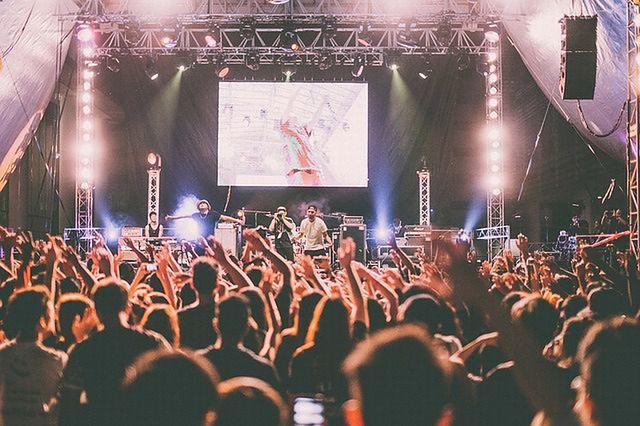 Taki widok na koncertach to coraz częściej rzadkość. W górze są smartfony