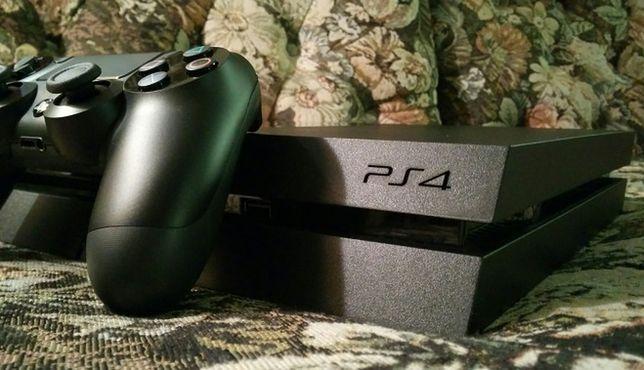 """Pod względem sprzedaży niewątpliwie lider aktualnej generacji. Jak podaje Sony, na całym świecie sprzedało się już ponad 30 milionów egzemplarzy tej konsoli. I nic dziwnego. Producent naprawił wszystkie błędy, popełnione przy jego poprzedniej konsoli. Twórcy gier chwalą, że na PS4 tworzy się łatwiej, dzięki czemu multiplatformowe gry na tę konsolę wyglądają często lepiej i działają szybciej niż na Xboksie One. Do tego również pod względem tytułów dostępnych na wyłączność konsola Sony przoduje na rynku.  Ważnym argumentem za Playstation 4 jest również duża popularność tej marki w Polsce. Jeżeli kupicie tę konsolę, szansa na to, że znajdziecie wśród znajomych chętnych do wspólnej gry lub wymiany tytułów jest największa.  Specyfikacja techniczna konsoli: • 8-rdzeniowy procesor • Układ graficzny AMD taktowany zegarem 800 Mhz z 18 jednostkami przetwarzania (1152 rdzeni shaderów) • 8 GB pamięci RAM GDDR5 5500 MHz • 500 GB lub 1 TB wbudowany dysk twardy  Najważniejsze tytuły dostępne na wyłączność:  • """"Bloodborne"""" • """"The Last of Us Remastered • """" Uncharted: Kolekcja Nathana Drake''a"""" • """"Driveclub"""" • """"Killzone: Shadow Fall"""" • """"Infamous: Second Son"""""""