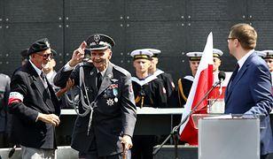Gen. Zbigniew Ścibor-Rylski (na zdj. w środku)