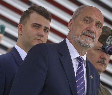 Bartłomiej Misiewicz (z lewej) i Antoni Macierewicz.