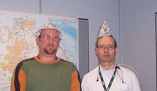 Foliowe kapelusze mają chronić mózg przed szkodliwymi falami. Przynajmniej tak głosi konspiracyjna legenda.