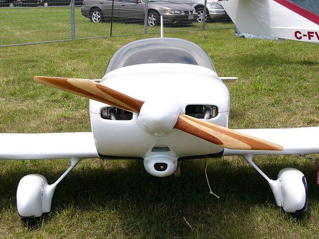 Krosno. Mały samolot runął na podwórko. Uszkodził dach i auto