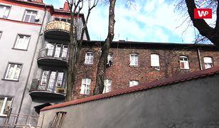 Miasto murem podzielone. Naprzeciw siebie stoją Polacy i Romowie