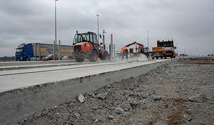 Budowa dodatkowych pasów została rozłożona na 3 lata. Łączny koszt rozbudowy może wynieść ok. 600 mln zł.
