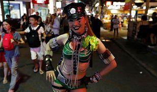 Kobieta promująca klub go-go na jednej z ulic Pattayi.
