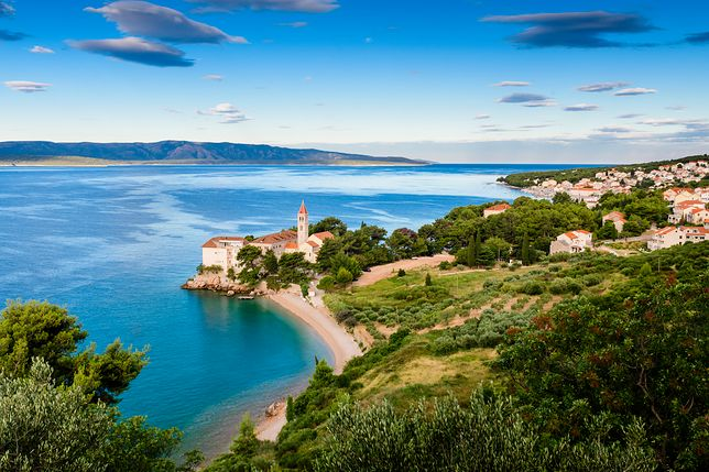 Błękit i zieleń dominują w krajobrazie Dalmacji, tak jak w okolicach dominikańskiego monasteru w Bol, przekształconego w hotel