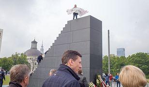 Działacz Obywateli RP wszedł na pomnik smoleński. Usłyszał zarzut