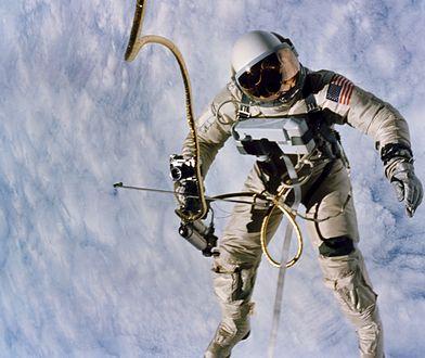 Edward H. White, pierwszy Amerykanin, który dokonał wyjścia w otwartą przestrzeń kosmiczną.