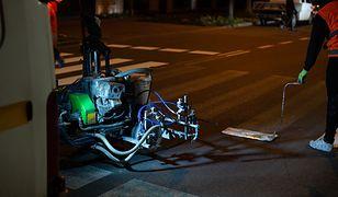 Warszawa. Nocą drogowcy odmalowują oznakowanie na ulicach