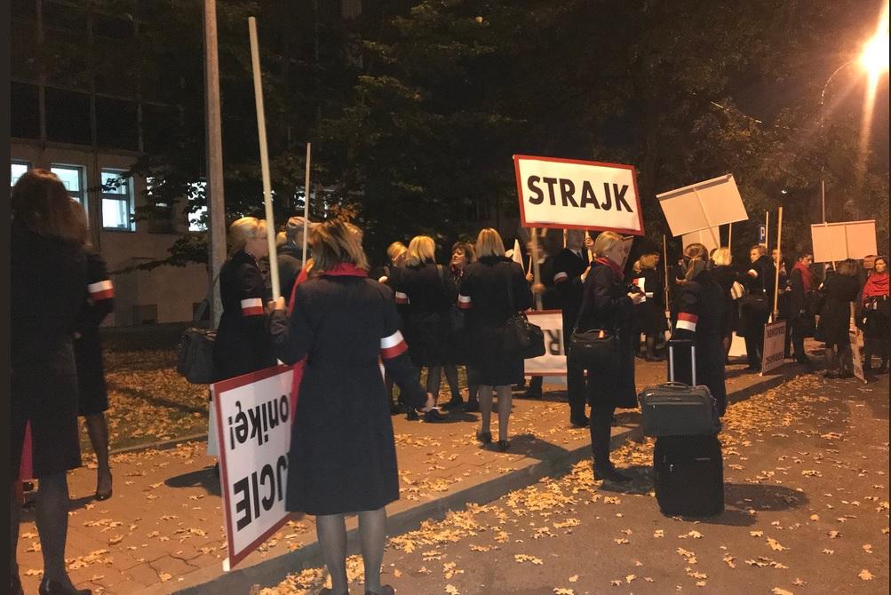 Pracownicy LOT-u strajkują drugi dzień. Loty odbywają się bez opóźnień