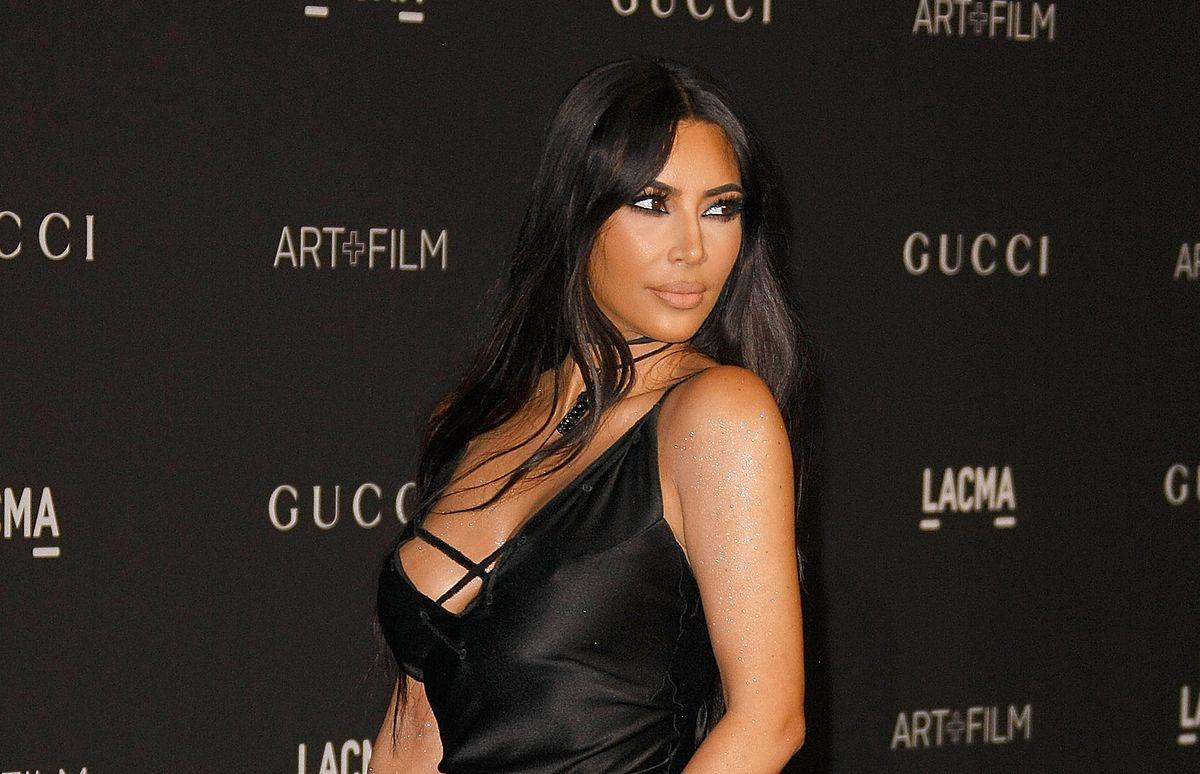 """Kim Kardashian w """"trudnej"""" sukience. Jak uniknęła wpadki?"""