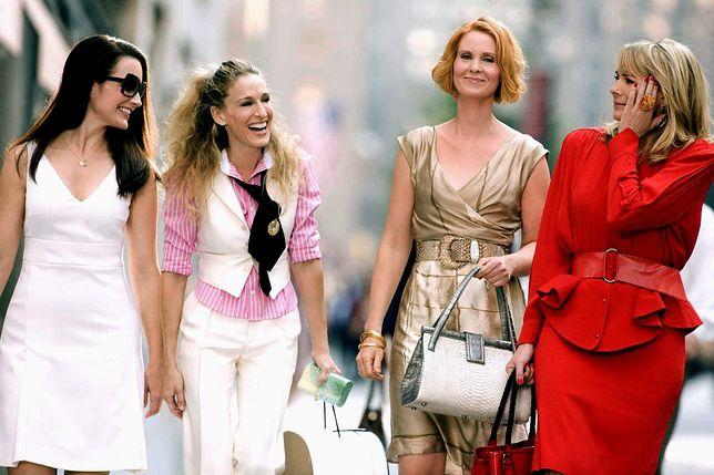 Kristin Davis w roli Charlotte - pierwsza z lewej