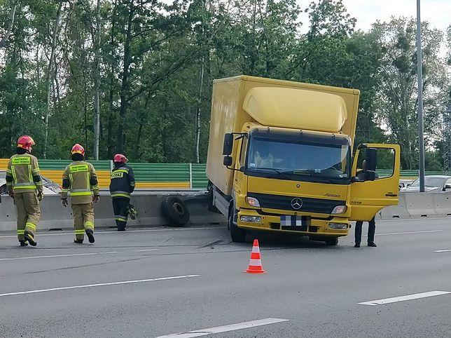 Warszawa. Wypadek na S8. Ciężarówka na barierkach