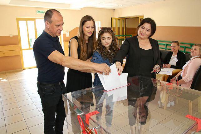 Wybory parlamentarne 2019. Paweł Kukiz z rodziną głosują w wyborach do PE