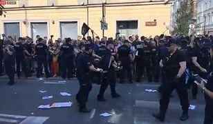 Chcieli zablokować marsz narodowców, zostali usunięci przez policję. W internecie burza