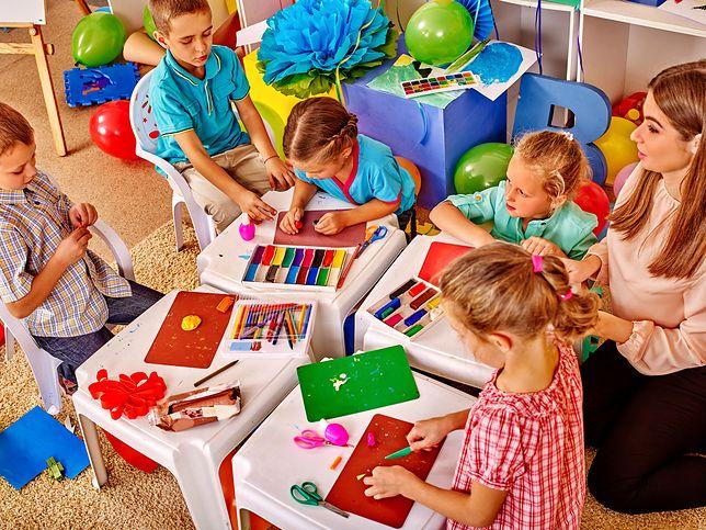 W publicznych placówkach każde dziecko ma zagwarantowany darmowy pobyt przez 5 godzin dziennie.