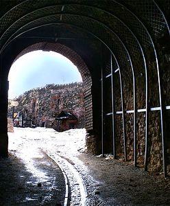 Twierdza Srebrna Góra. Jakie skarby ukryto w potężnym forcie w Górach Sowich?