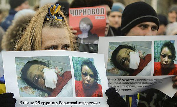 Protestujący z portretami pobitej dziennikarki