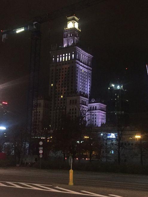 Warszawa. Na PKiN wyświetlono symbol błyskawicy