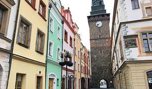 Miasto jest stolicą stolicą kraju pardubickiego. Znajduje się niecałą godzinę drogi od Pragi