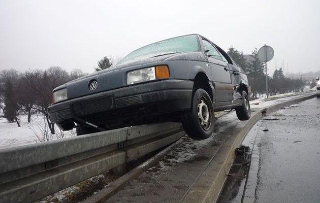 Rozbity samochód na Trasie Siekierkowskiej