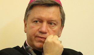 Arcybiskup broni ludzi żyjących bez ślubu. Apeluje do księży
