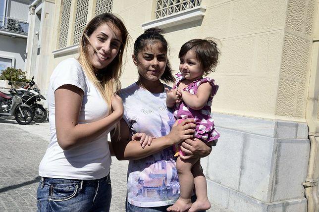 Alams Sahar Khavouz (w środku) trzyma na rękach córkę swojej przyjaciółki Reem. Kobiety przybyły z Syrii do grecką wyspę Samos.