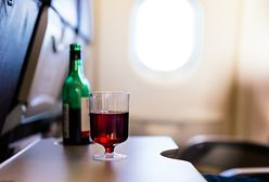 Koniec drinków na pokładzie. Linie lotnicze zawieszają sprzedaż alkoholu