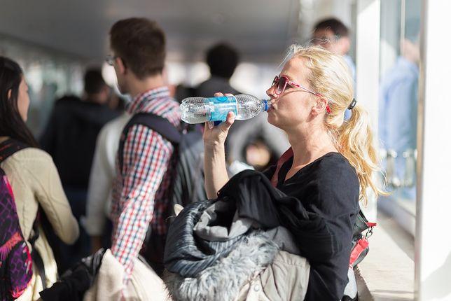 Zatrważająca cena wody na polskich lotniskach. Dlaczego jest tak droga?