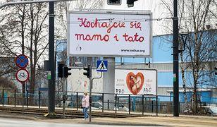 """""""Kochajcie się mamo i tato"""". Wielka akcja billboardowa w Polsce. Kto za nią stoi?"""